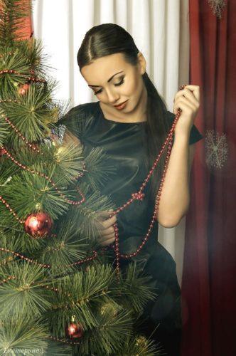 фотографии девушек под елкой