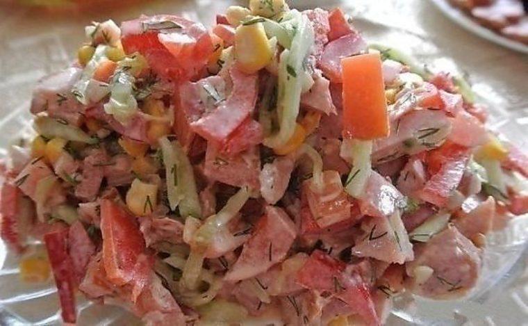 Салат с копченой грудкой огурцами и помидорами