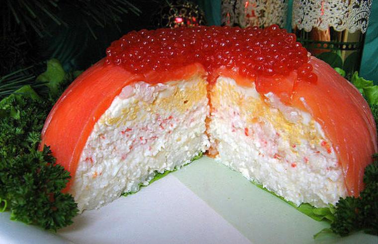 Слоеный салат с рыбой с фото