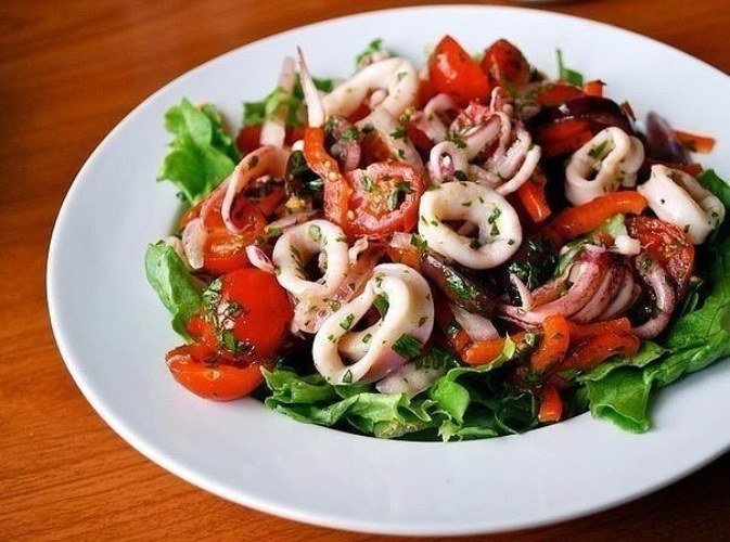 Ингредиенты в салате кальмаров