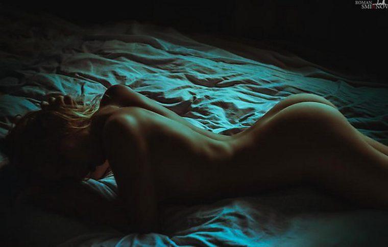 ню в постели фото