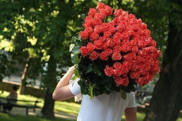 Парень подарил букет роз
