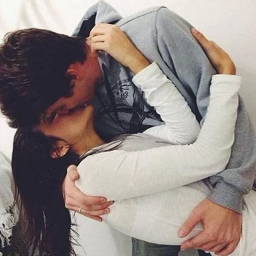 девушки целуют друг друга фото